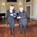 Consegna targa a d Antonietta Battistoni, direttore Coro di Corciano